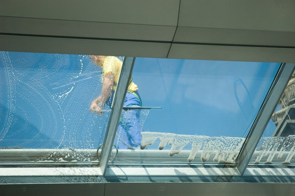 Window cleaner on the roof