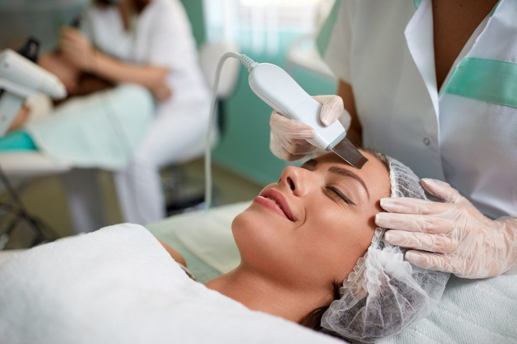 woman getting sebum extraction at the spa